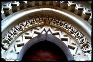 Arquivolta donde aparece representada la Última Cena, en una de las esquinas aparece Micaelis. Iglesia de San Cornelio y San Cipriano de Revilla de Santullán (Palencia)