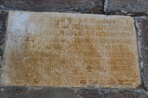 Lápida de consagración donde figura el nombre del maestro Covaterio. Iglesia de Santa María de Piasca (Cantabria)