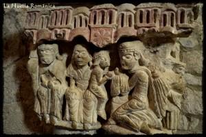 En este capitel podemos observar a la Virgen con el niño en sus piernas, mientras uno de los reyes postrado le hace entrega de uno de los presentes.
