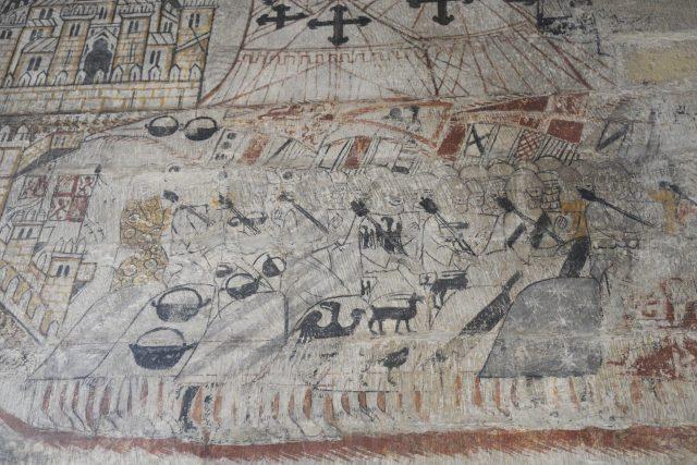Escena de nobles a caballo con mazas de mando. Pintura mural conservada en el castillo de Alcañiz (siglos XIII-XIV). En el centro y hacia la derecha, la heráldica de los Cabrera. Foto: GFreihalter. Fuente: Wikimedia Commons.